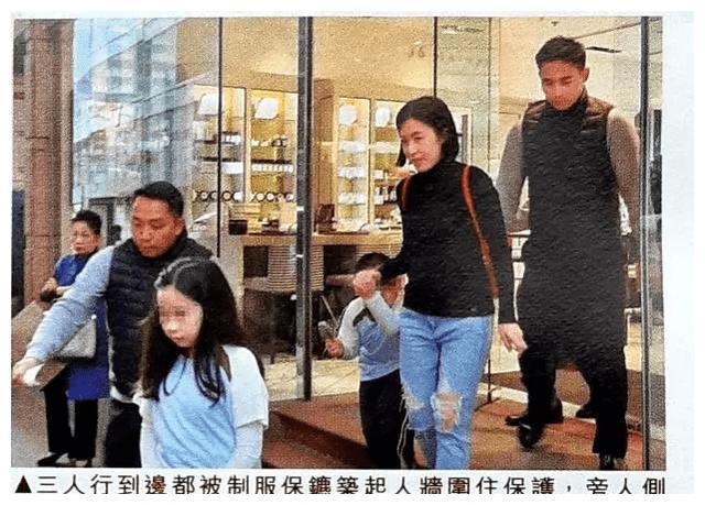 刘銮雄太太甘比带孩子逛超市,3个保镖随行排场太大了