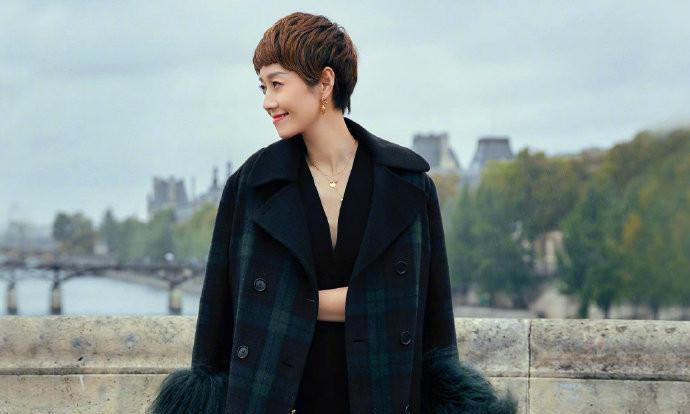 马伊琍巴黎拍穿搭大片,时尚感把握不输超模,离婚后越来越时尚了