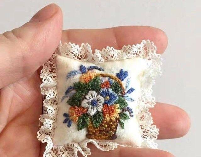 「刺绣作品」微型的绣花小枕头,当针插或者香包都好看