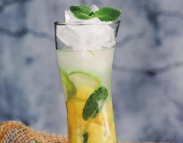 菠萝可以在家里制作,冷清,酸甜,不含酒精,很好喝。
