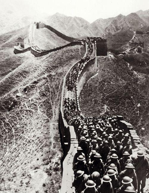 4张珍贵的老照片:图一是中国军队在侵华战争爆发时向长城进军