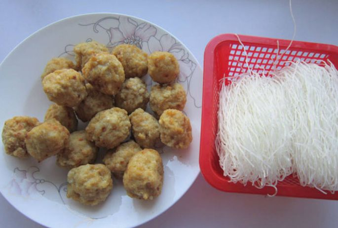 天天家常菜,简单易学的丸子粉丝煲,既简单又美味
