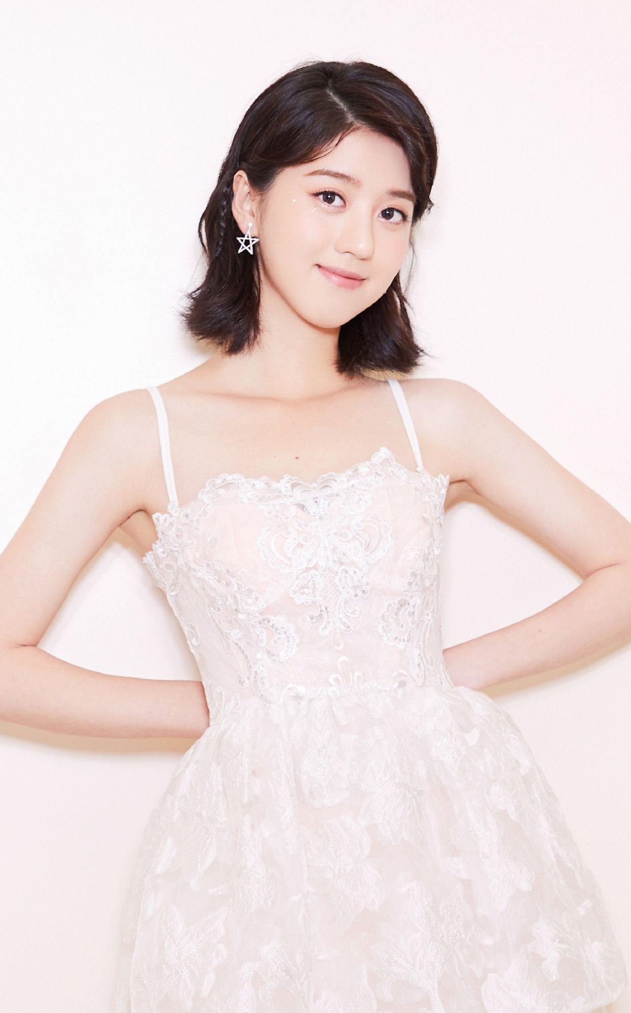 图一是李凯馨拍摄一组宣传美图,身穿一款白色连衣裙清新靓丽!