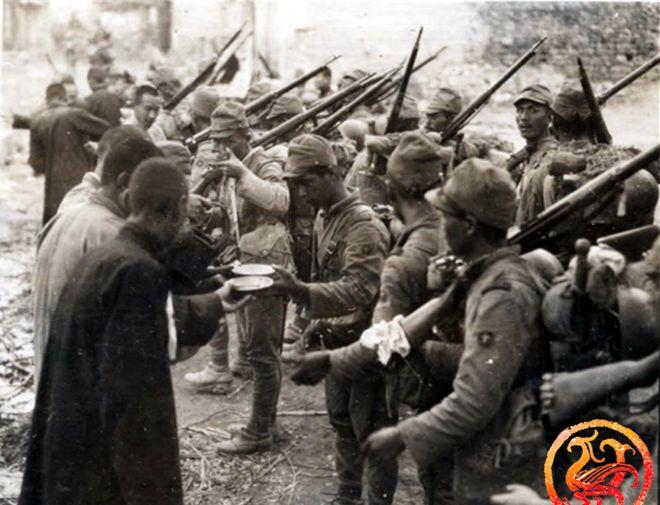 """一组侵华日军""""伪亲善""""老照片:破绽百出,图五日军行为可耻"""
