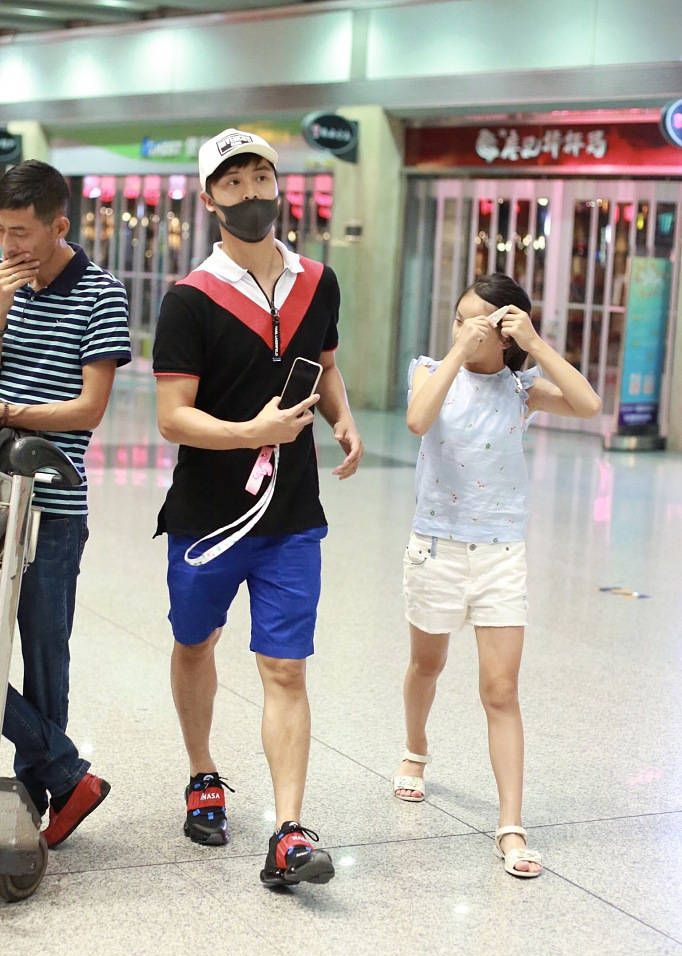 田亮和女儿森蝶最新机场街拍,森蝶秒表表情包,搞怪卖萌十分可爱