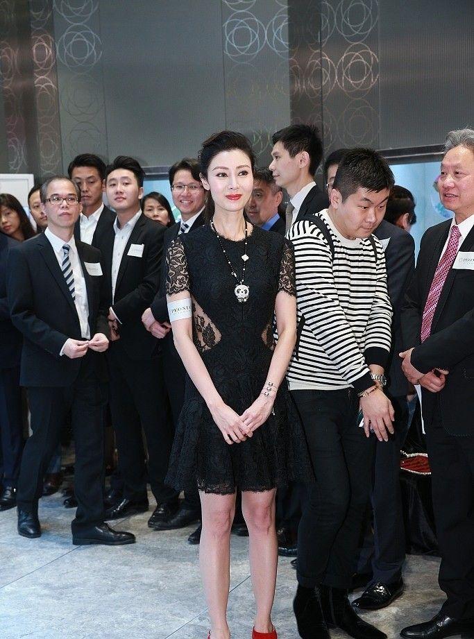 李嘉欣身着黑色蕾丝透视裙优雅现身,已经47岁的李嘉欣身材曼妙