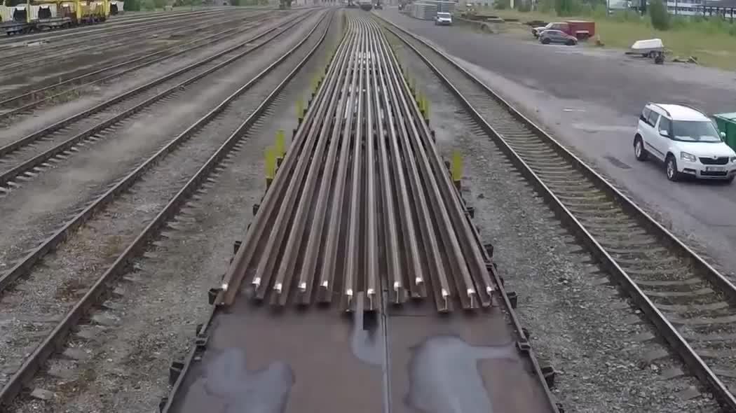 实拍,火车运输100米长的钢轨,这种场面难道一见