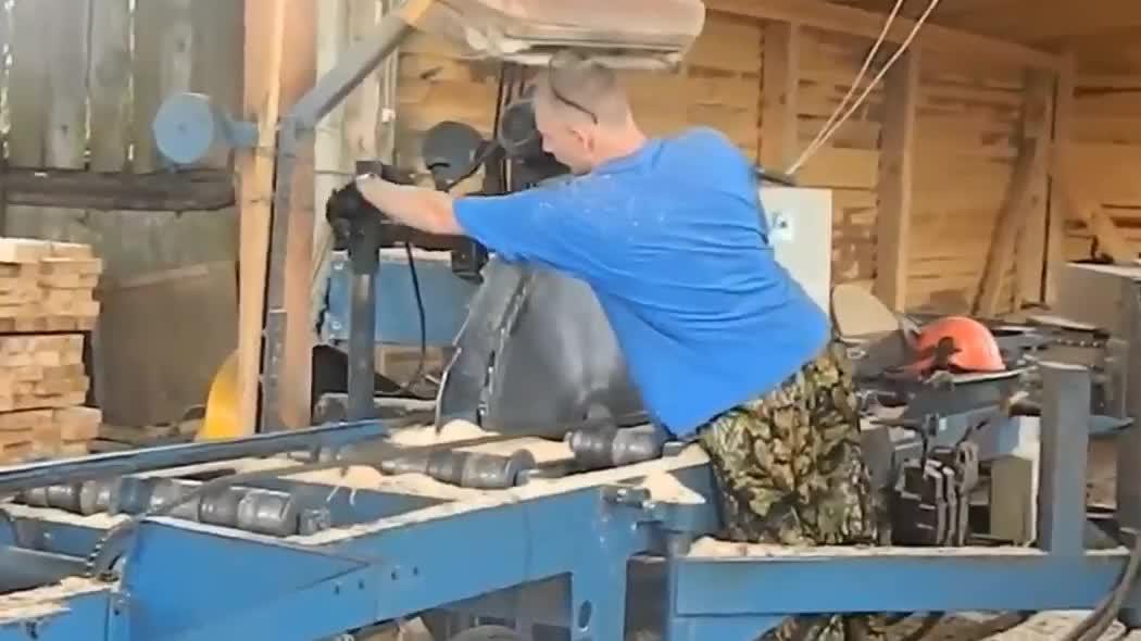木材加工过程,大锯片是如何开刃的,真是大开眼界!