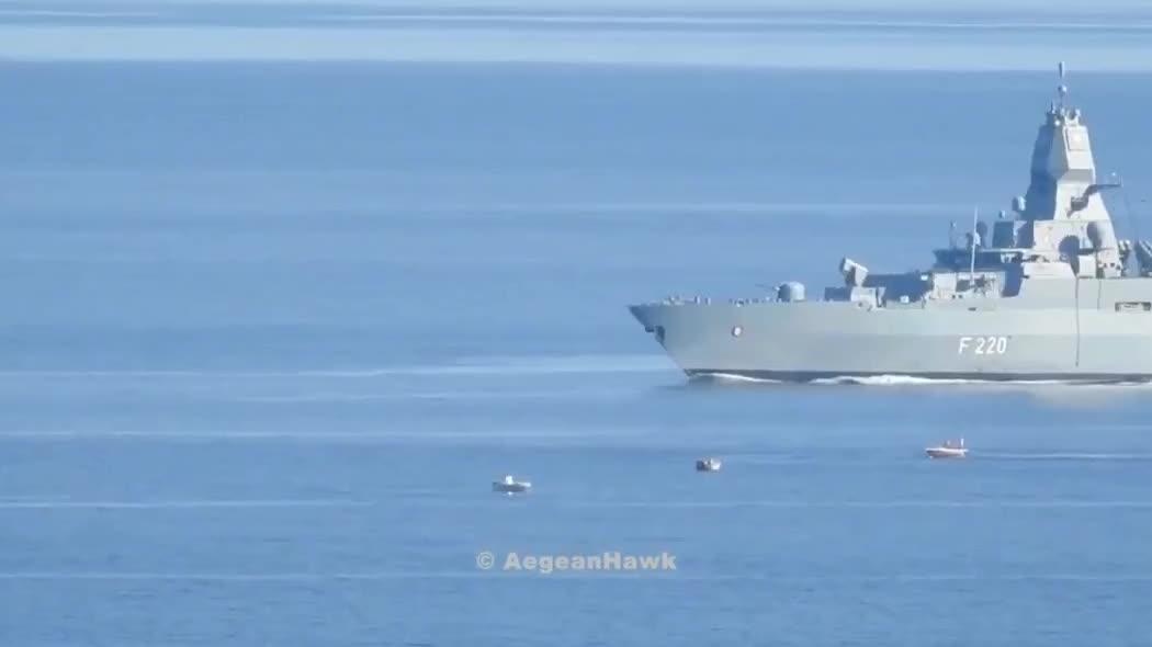 """德国海军萨克森级护卫舰""""汉堡""""号,在希俄斯海峡巡逻时的镜头!"""