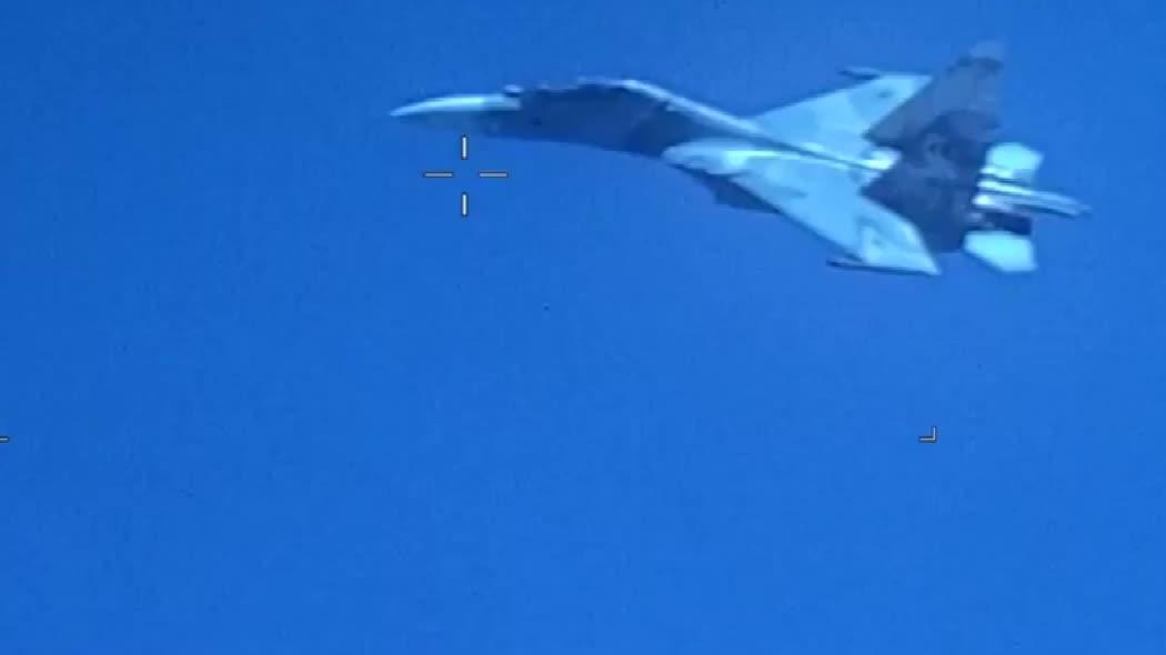 """苏-30以""""不安全的距离尾随""""EP-3,威胁安全"""