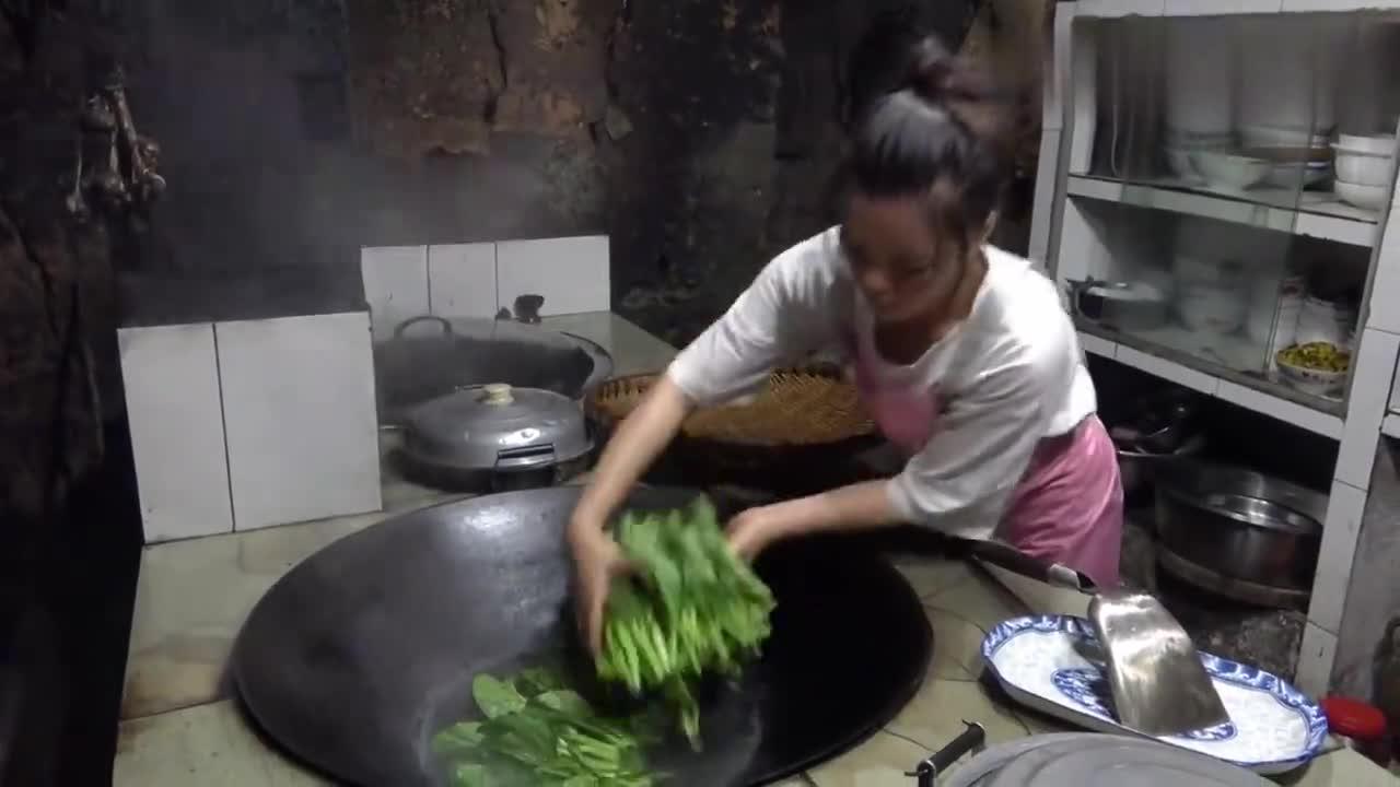 王四小姨子摘新鲜菜做了一碗白灼菜心,青脆爽口,王四爸妈很爱吃