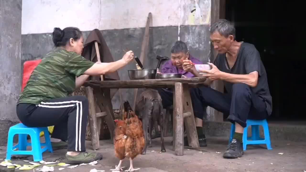 四川农村真实生活老奶奶想喝鱼汤一家人围上来做什么