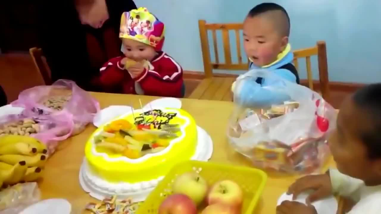 两个中国娃娃被分开收养后又在美国重逢接下来的画面太暖心了