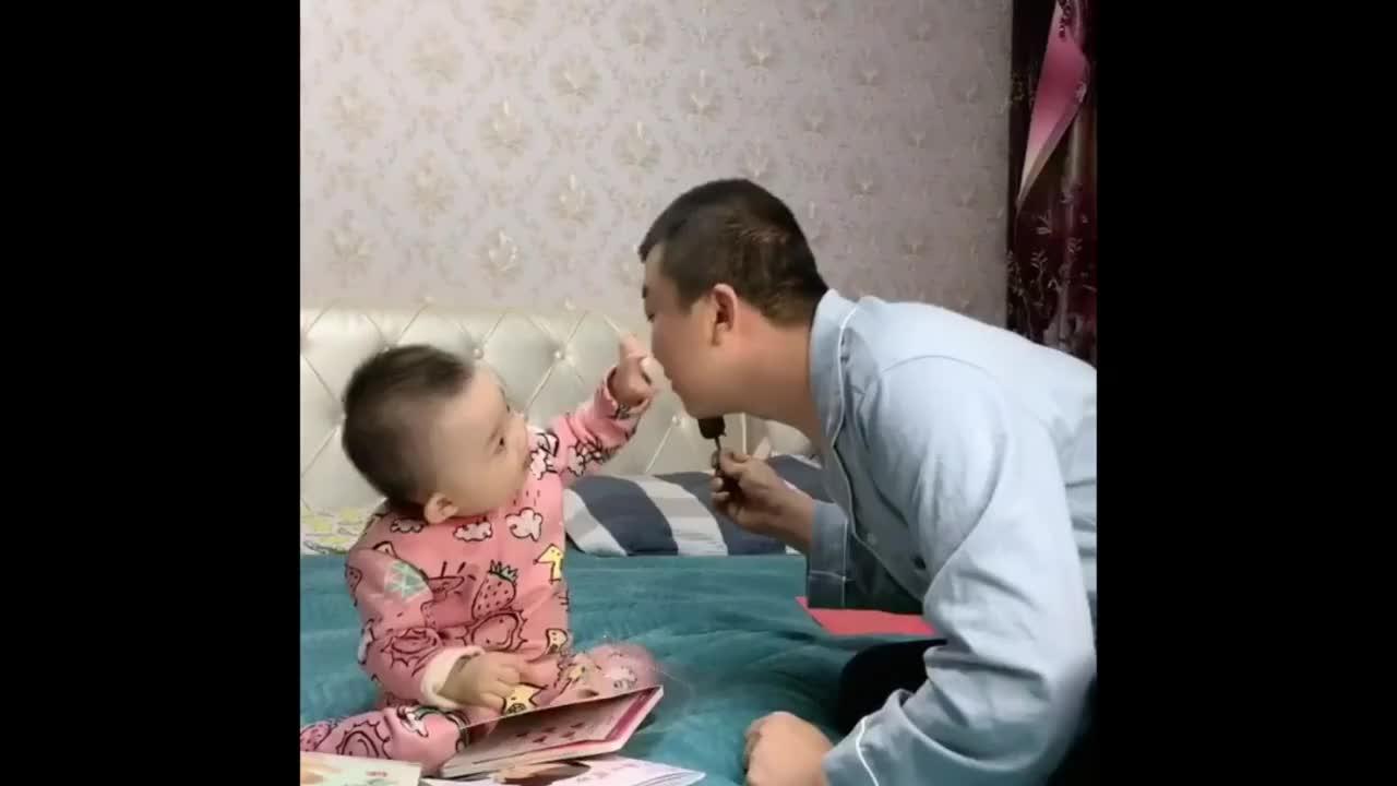 小凯皙吃口雪糕真不容易看老爸把她折磨的凯皙我太难了