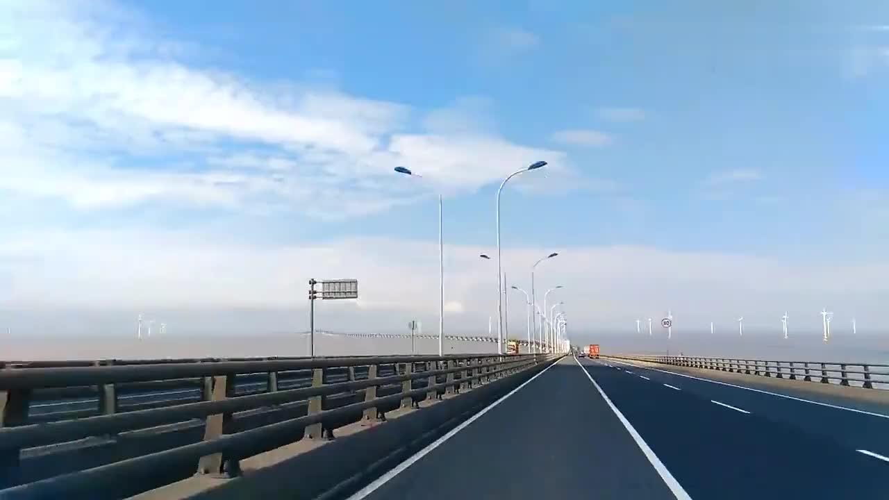 东海大桥全场32公里桥下就是浩瀚的东海