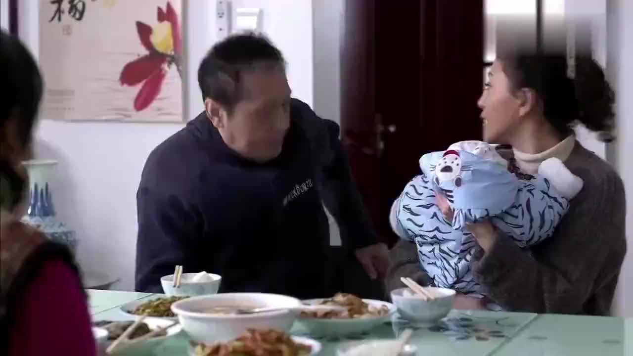 老爷子不认识儿子儿媳了只知道撕纸玩儿子搂着他心情复杂