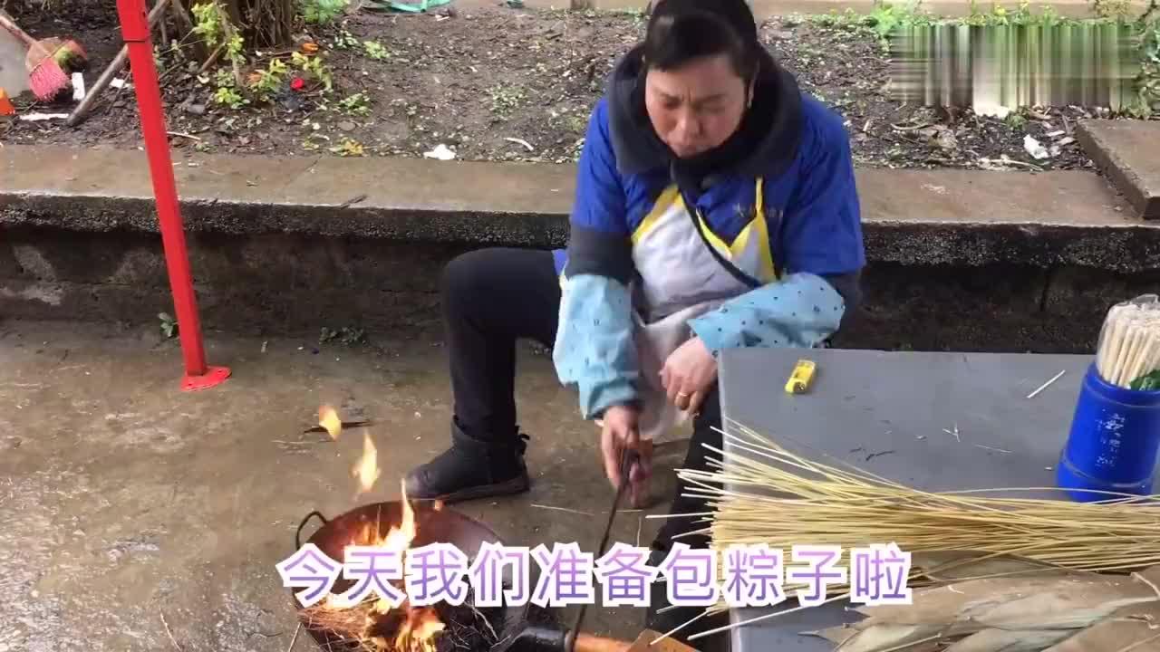 一家人热热闹闹包粽子过年河池黑米粽飘香过完年带回南宁