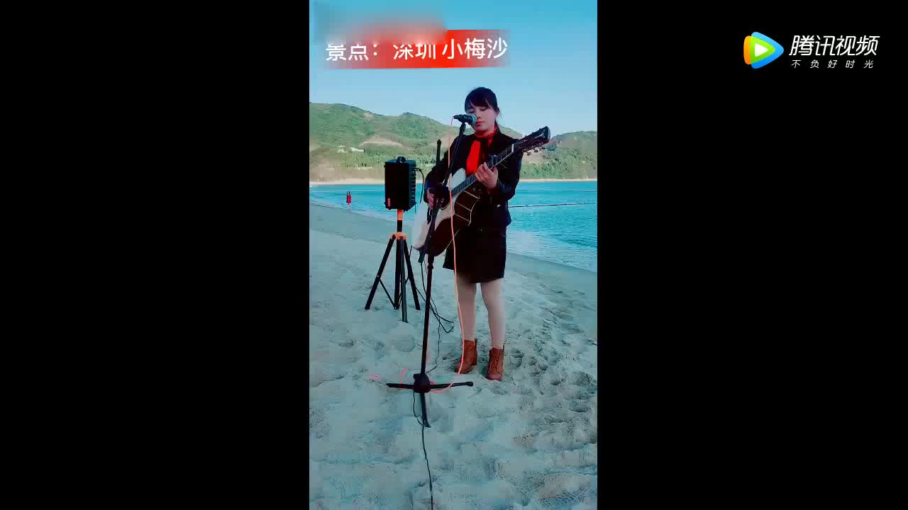 姑娘海边沙滩上自弹自唱一首《成都》超好听绝对是实力歌手
