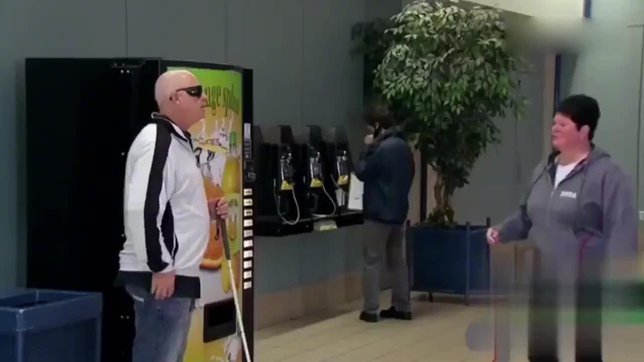 国外爆笑街头恶搞盲人自动贩卖机去饮料连累路人被打