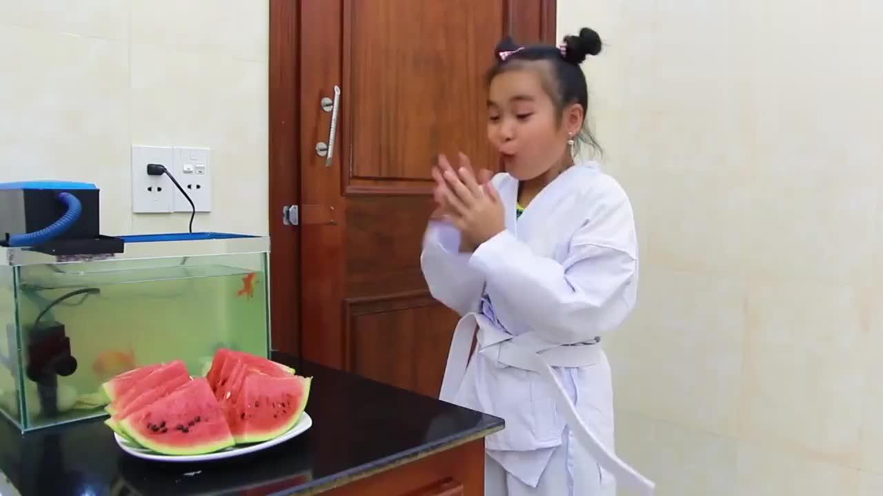 儿童扮演游戏小女孩的手脏兮兮地不许吃西瓜