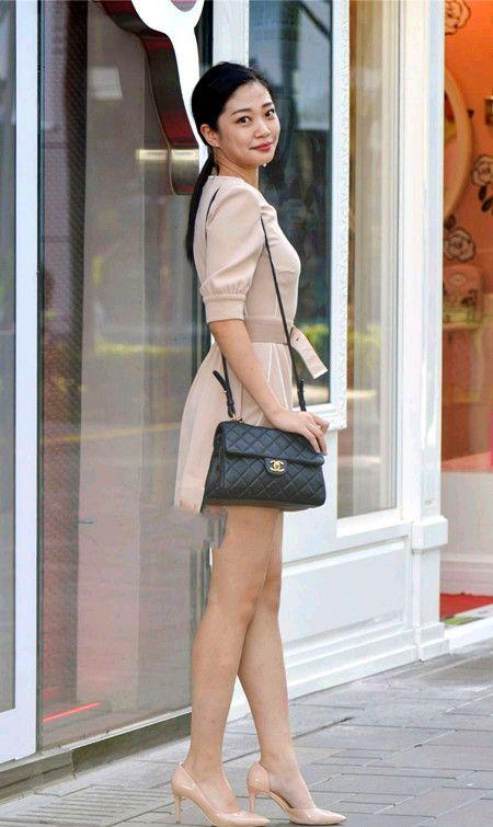 街拍:一双高跟鞋让女性更加具有魅力,成熟端庄女人味十足