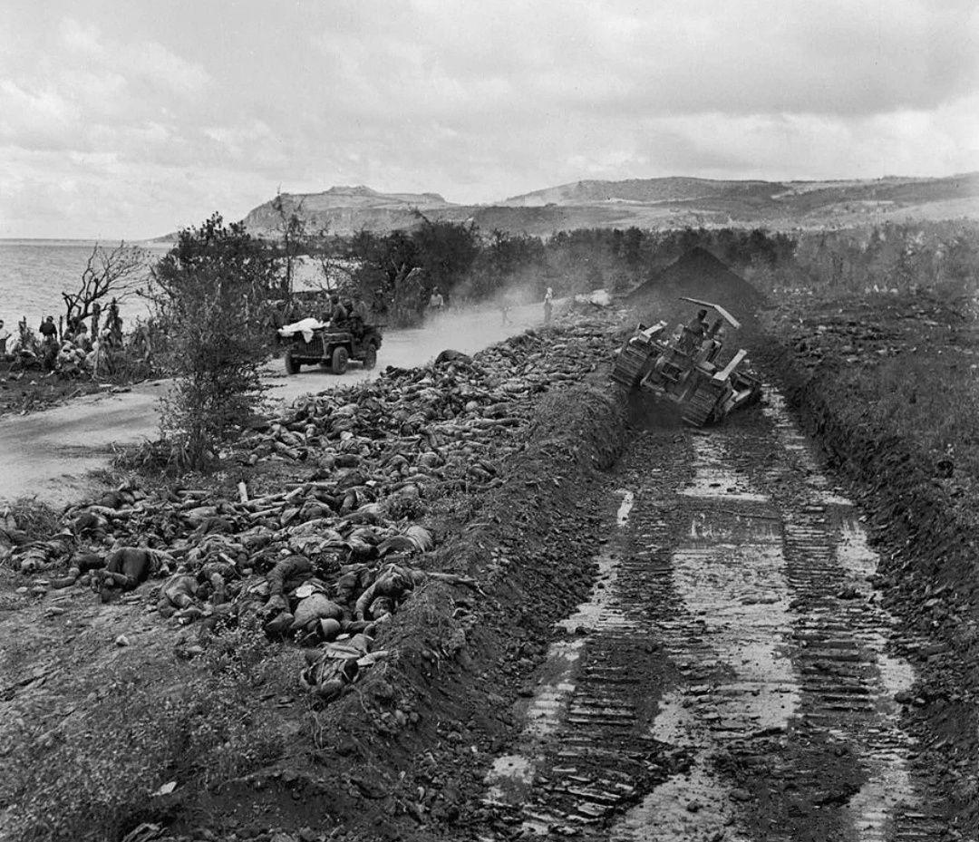 老照片:1944年,塞班岛激战后的幸存者,惊慌失措,恐惧万分!