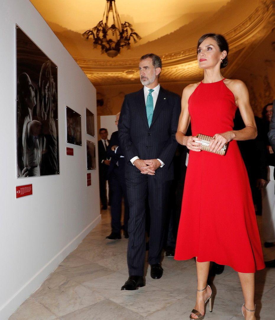 西班牙王后美艳照耀加勒比海!一袭红裙,逆天长腿让人羡慕