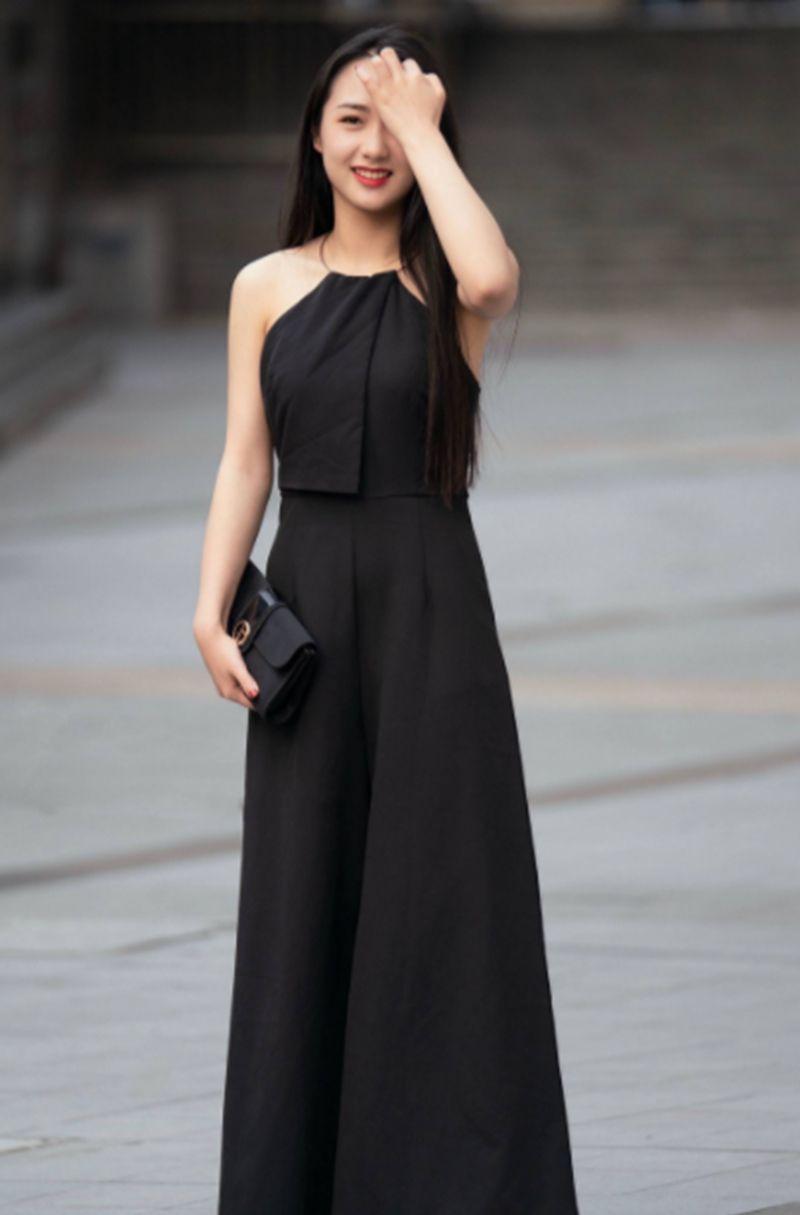 街拍:清纯白皙的小姐姐,一身黑色的连衣裙,彰显十足女神范