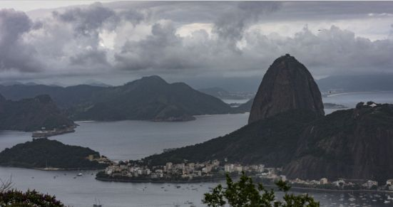 巴西里约热内卢:上空俯瞰基督山、科巴卡巴纳海滩