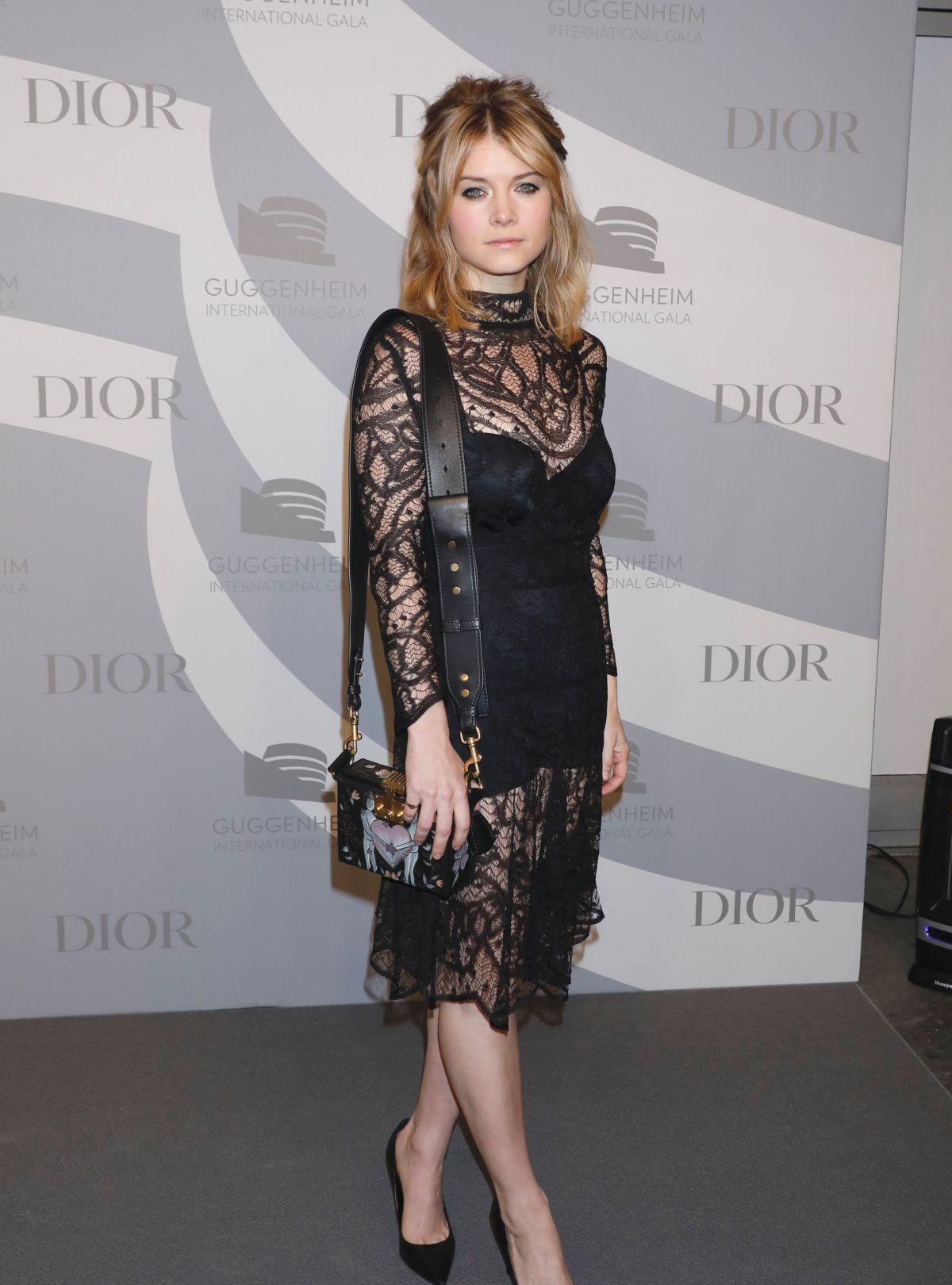 女星莎拉·琼斯现身纽约时尚站台,她有着优雅的气质
