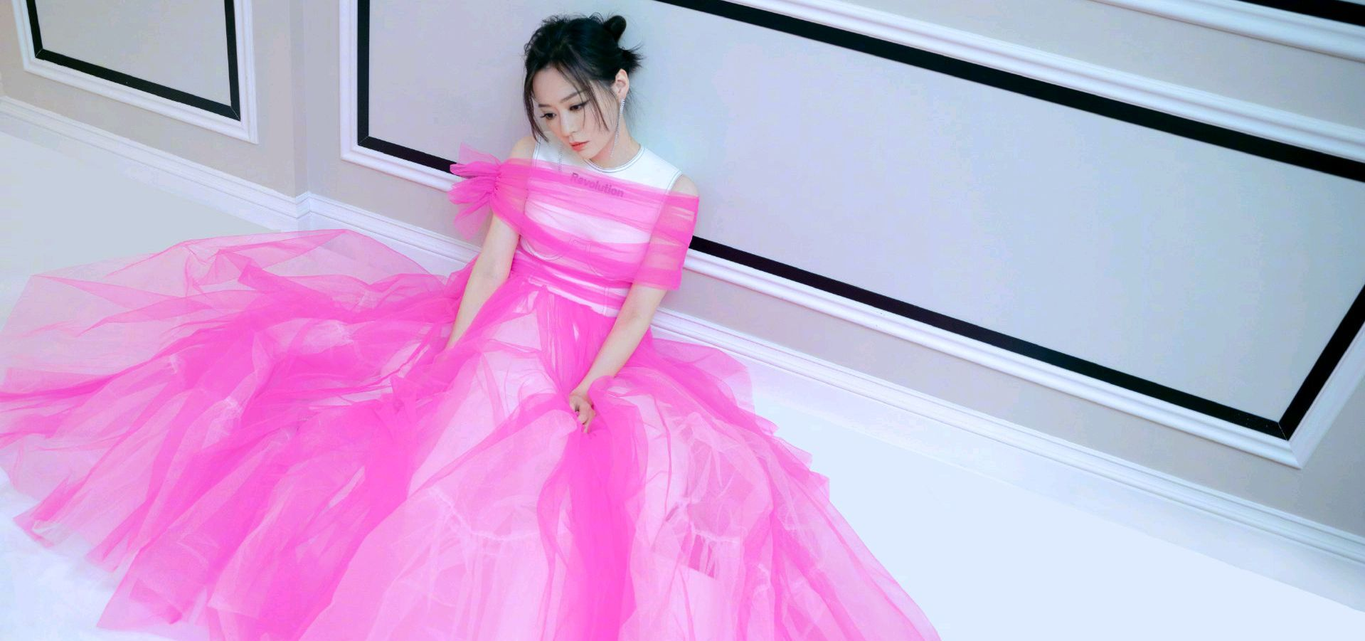 张靓颖芭比粉绑带纱裙,时尚还是土气全在一念之间~