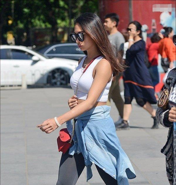 街拍:美女长腿时尚,身材有型,穿衣有气质又清纯甜美!