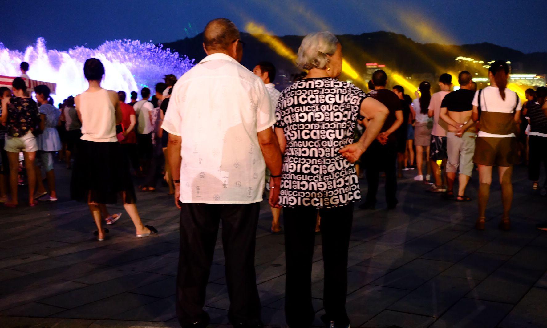 暖哭!万州大爷带老伴儿看音乐喷泉,人群中十指紧扣超有爱!