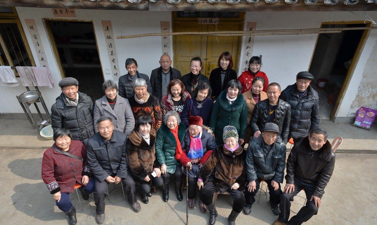 四川106岁老寿星96年烟龄 一大家五代人口突破百