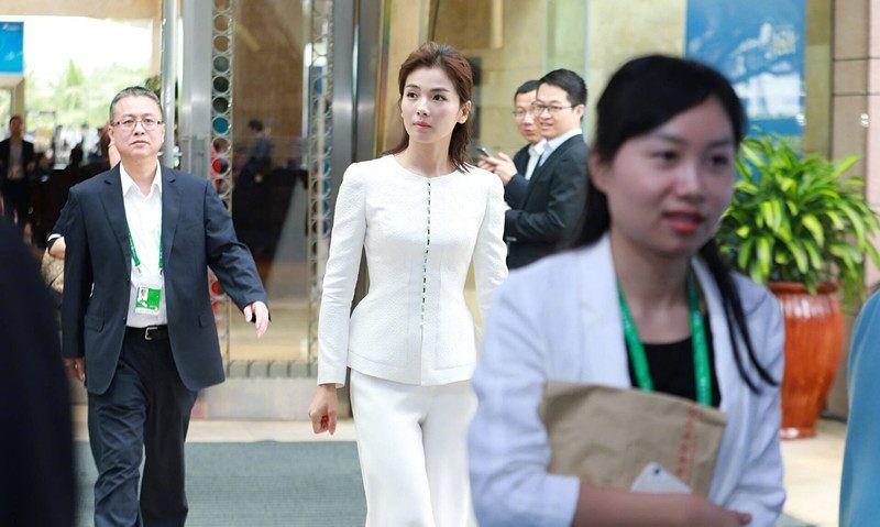 刘涛现身博鳌亚洲论坛,白色礼服+阔腿裤显大气,网友:涛姐厉害