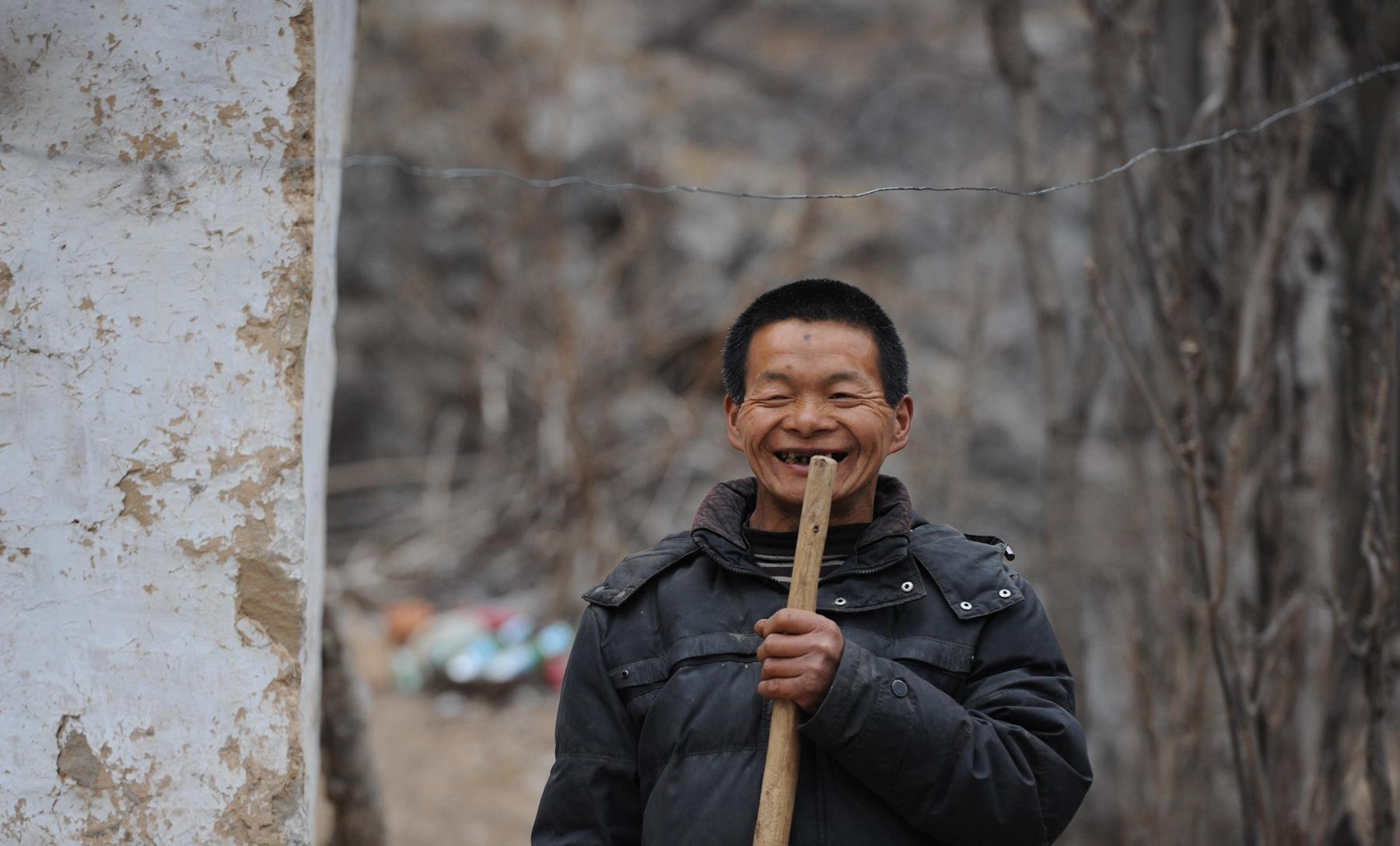"""最""""可爱""""的人:26户村民无私照顾先天智障男子15年"""