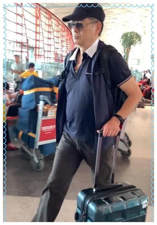 65岁濮存昕现机场,Polo衫配鸭舌帽超时髦,两鬓白发也难挡帅气