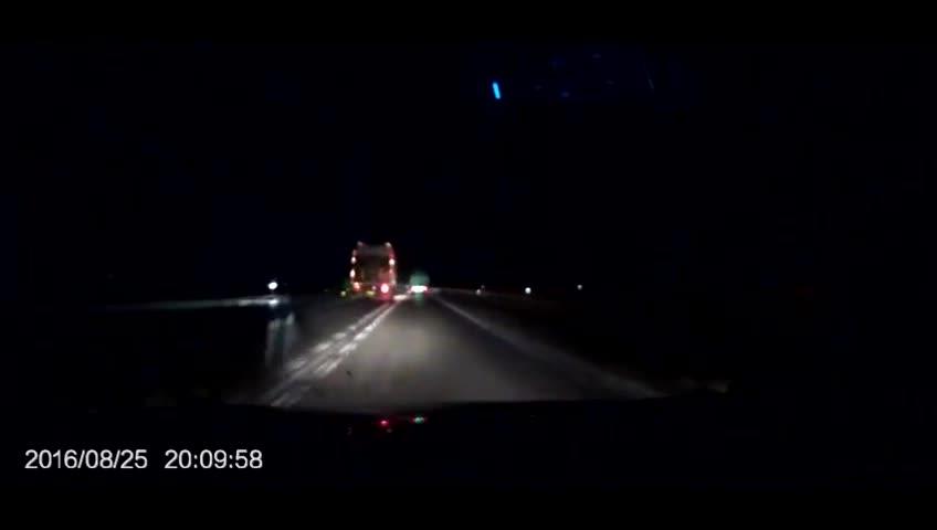 提心吊胆的在两个大货车之间超车悲剧瞬间就发生了~!
