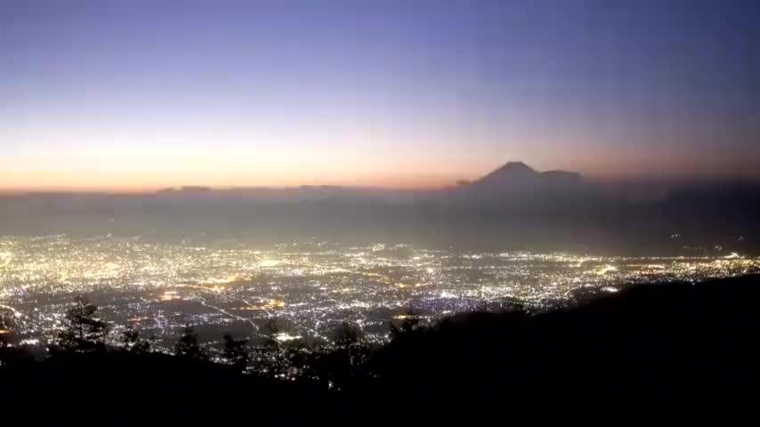 从山梨县甘利山眺望富士山的绝色风光