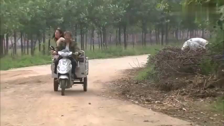 乡里村花爱上农村的穷小子直接拖着行李找上门要搬进去住