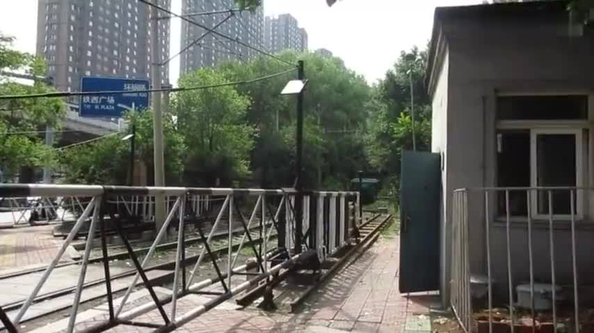 外号鳄鱼的韶峰型火车头外观霸气牵引货列通过平交道口