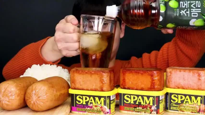 韩国吃货小哥吃烤午餐肉大香肠搭配米饭看看这吃法馋人