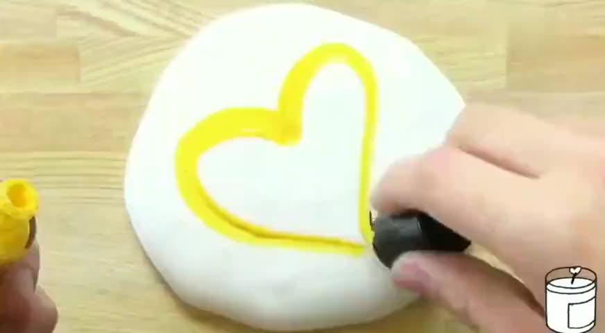 用黄色的指甲油和眼影来混泥,混出一块手感超好的黄油泥