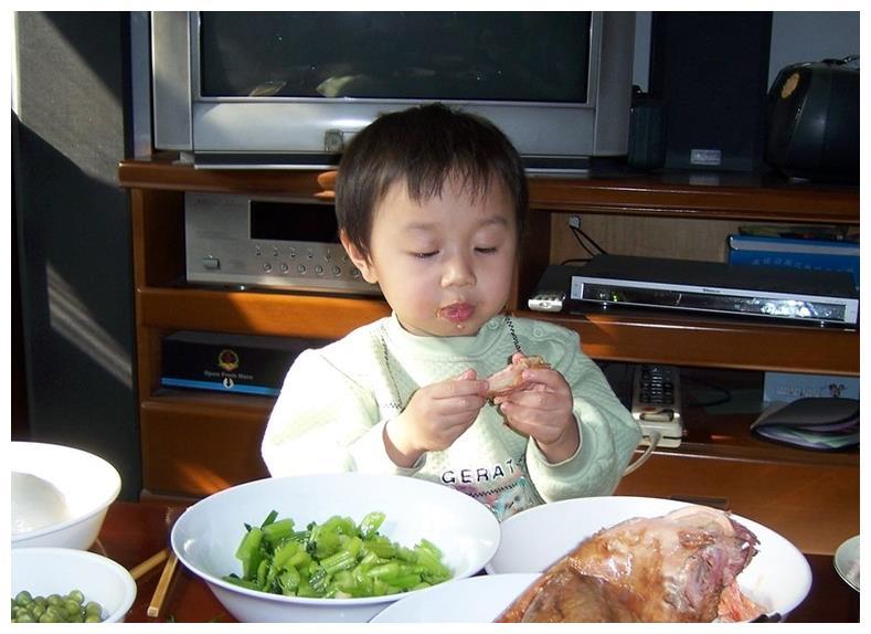 入睡前,4种食物别让孩子吃,没营养不消化,孩子容易导致积食
