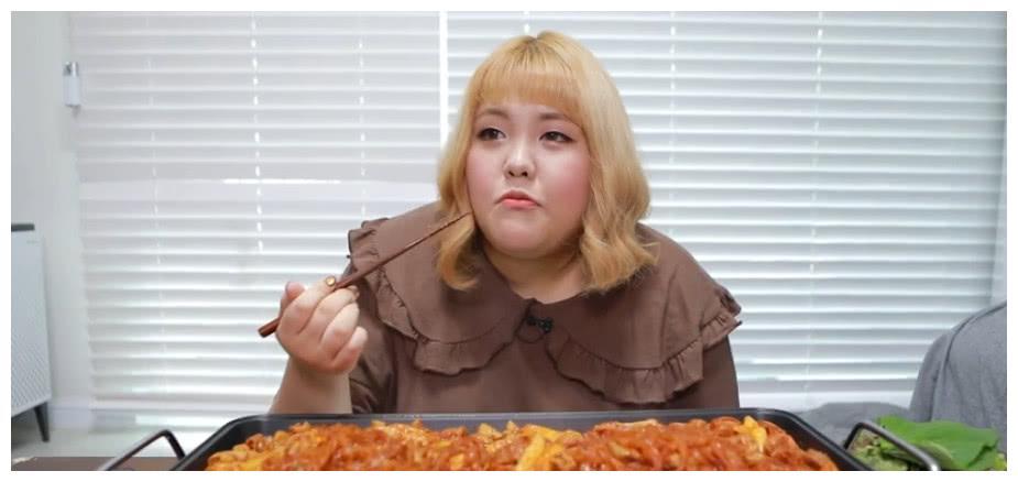 """小姐姐吃一盆""""面条"""",以为大胃王,镜头转换后,网友:看穿你了"""