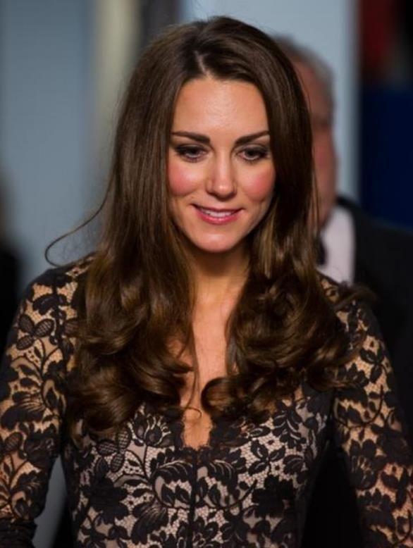 凯特王妃换上豹纹裙高级感十足,搭配靓丽卷发秀身材比例