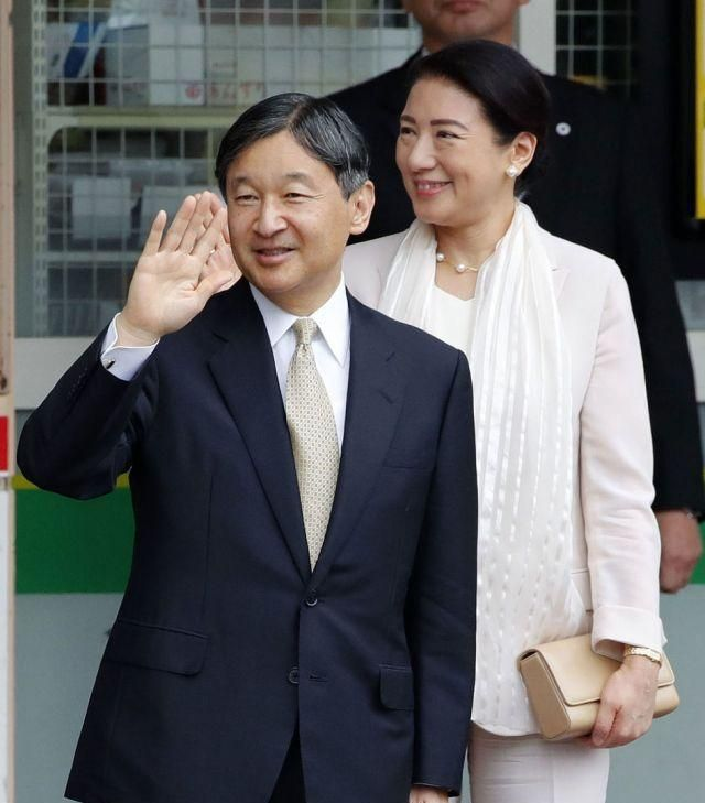 日本德仁天皇携皇后雅子离开皇宫,坐火车赶赴新潟参加活动