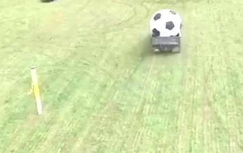 会玩!汽车足球赛,挖掘机当守门员