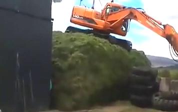 14吨挖掘机从高处跳下来,这样也行