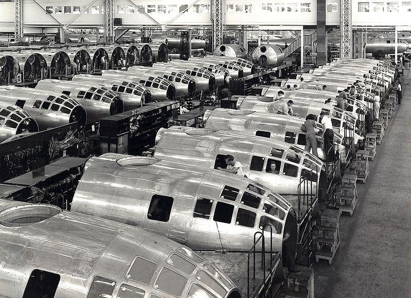1944年,正在堪萨斯州威奇托工厂建造中的波音B-29轰炸机